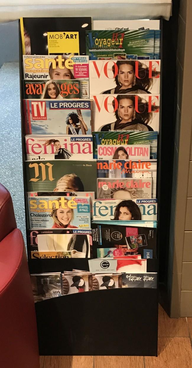 Présentoir pour magazines et prospectus en situation disponible chez P&P